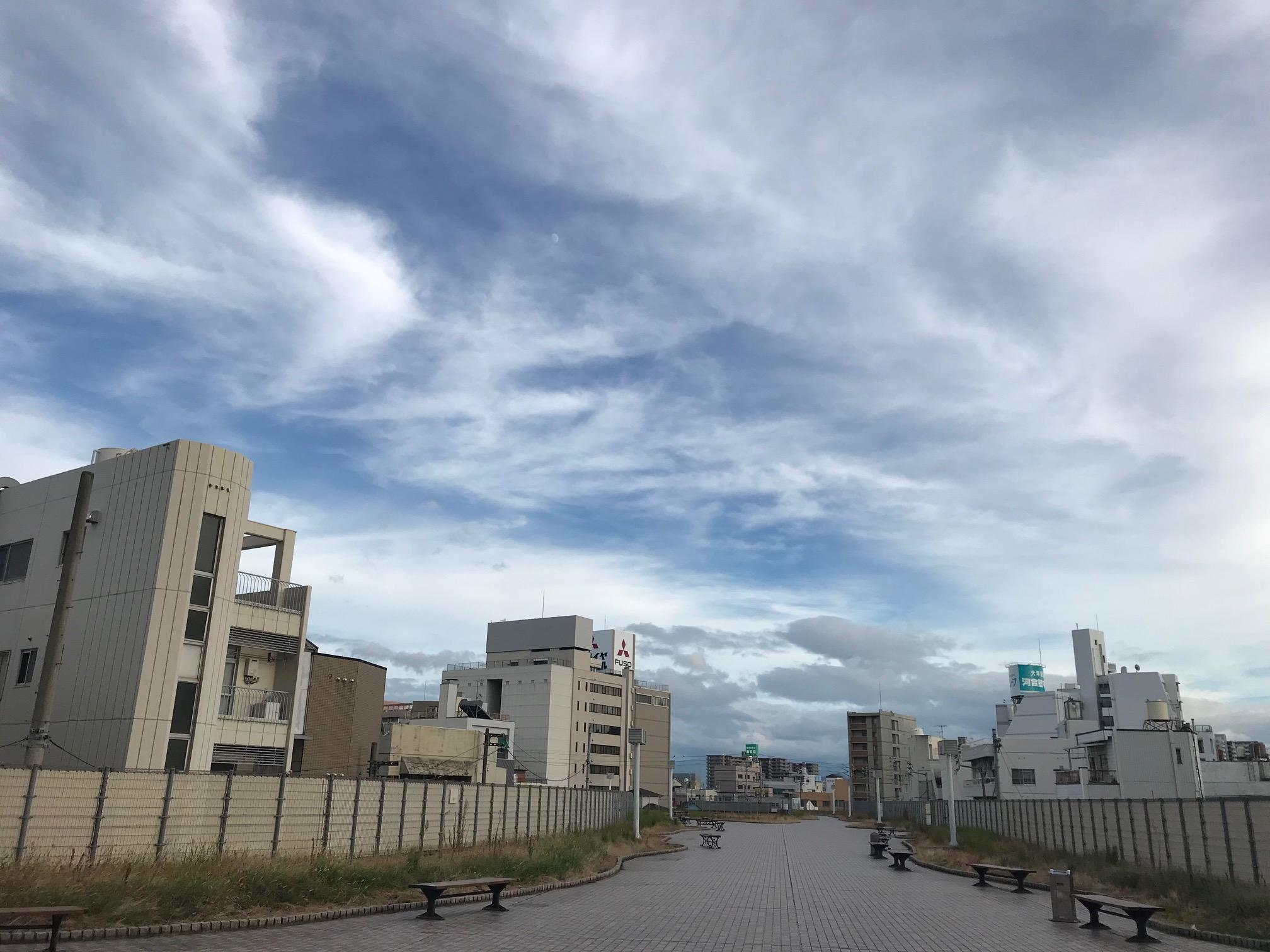 雲も秋っぽく